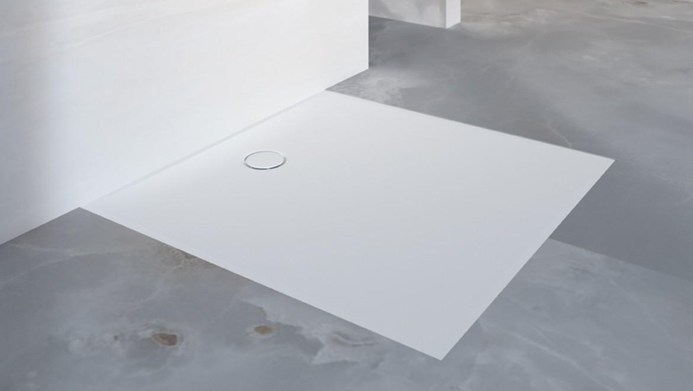 מקלחת בעלת רצפה חלקה