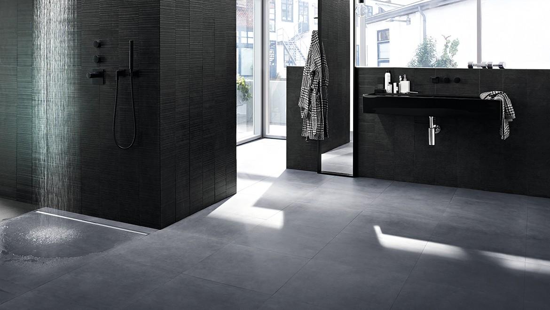 חדר רחצה עם תעלת ניקוז למקלחת CleanLine של Geberit