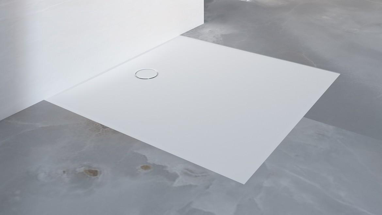 חדר רחצה עם רצפה חלקה ומשטח למקלחת Setaplano