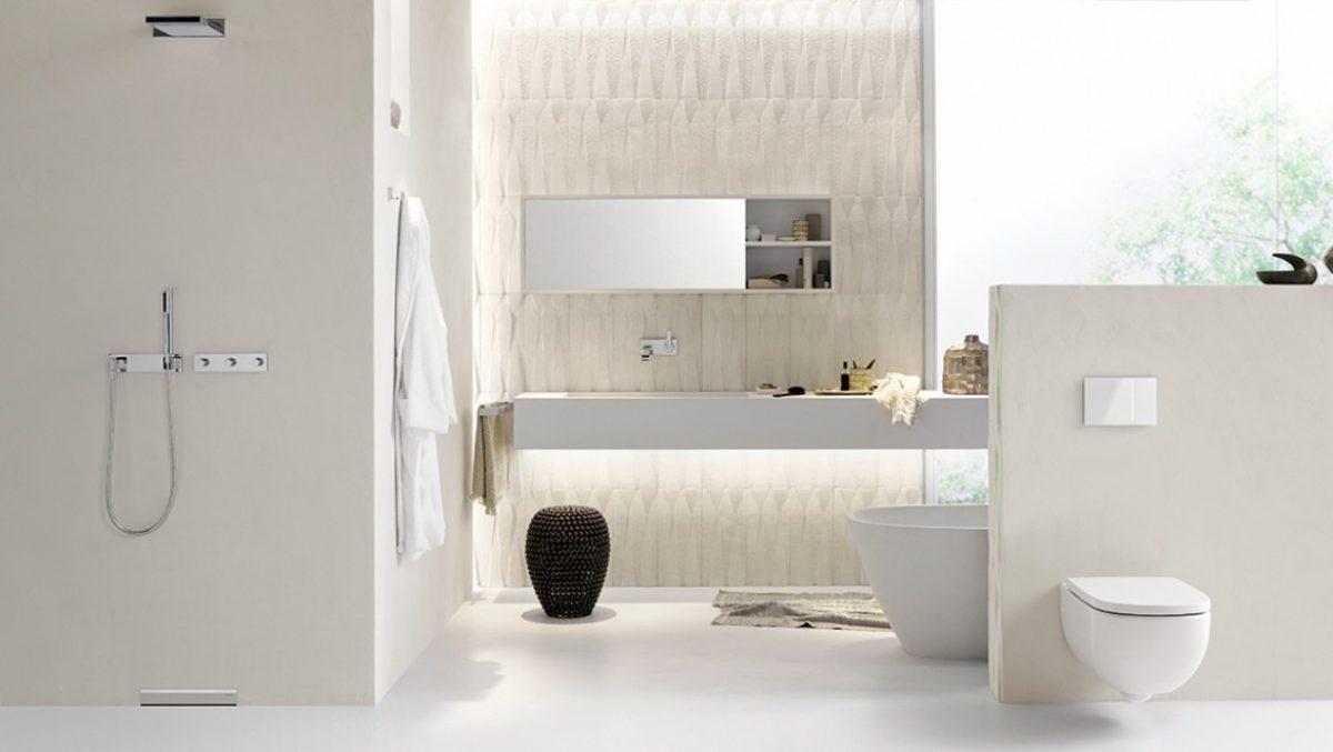 חדר רחצה עם נקודת ניקוז בקיר של Geberit למקלחת רצפה חלקה